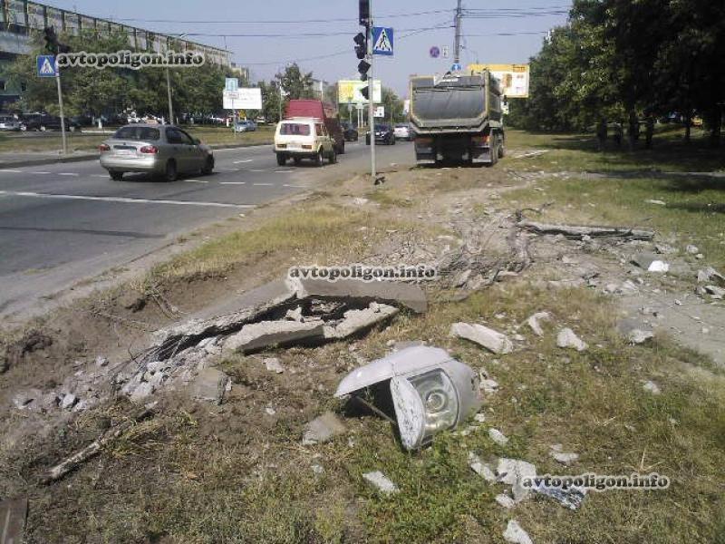 """Водитель грузовика снес бетонный столб не заметив """"красный"""""""