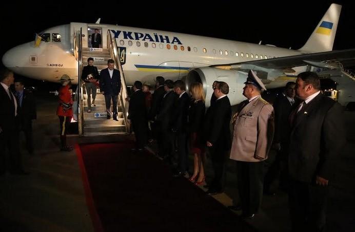 ФОТО: Петр Порошенко прилетел с рабочим визитом в Канаду
