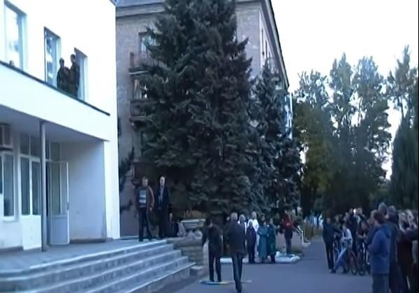 В Ждановке сорвали флаг Украины с горисполкома  (ВИДЕО)