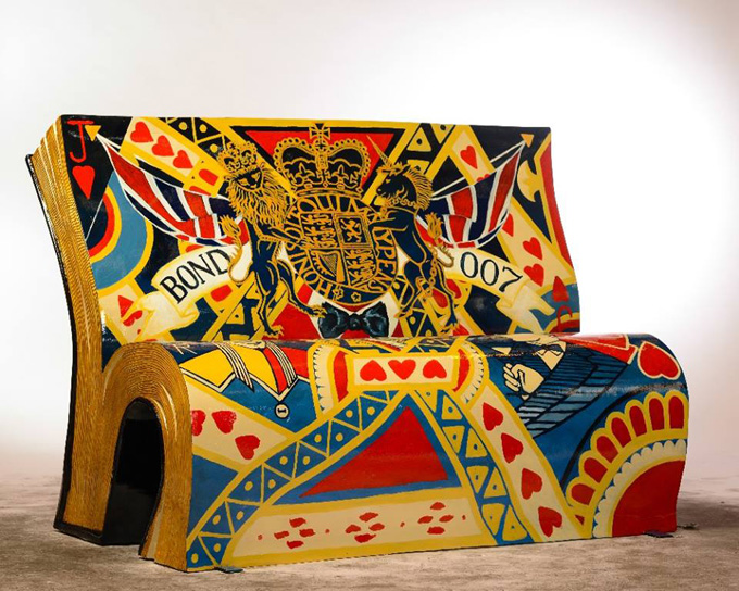 ФОТО: В Лондоне расписали скамейки в виде книг
