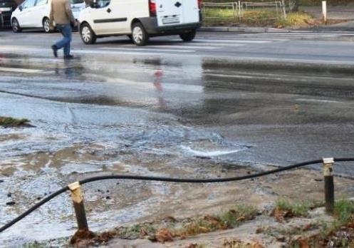 ФОТО: В Киеве в Голосеево прорвало водовод