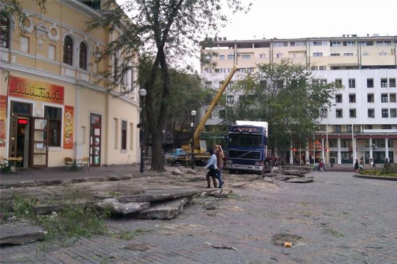 ФОТО: В Одессе демонтируют дорогу в центре