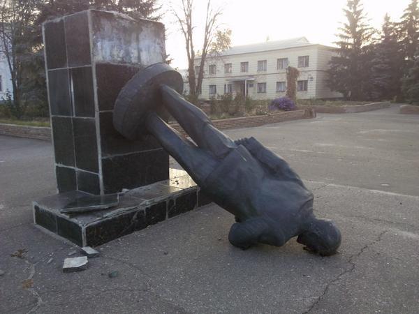 ФОТО: Памятники Ленина сносят уже и в Луганской области
