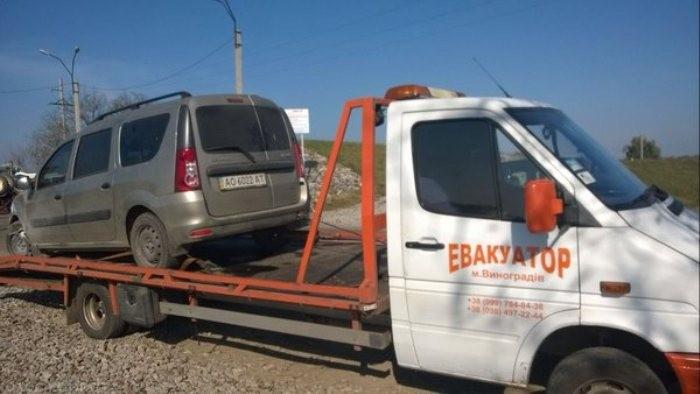 ФОТО:Блондинка на Dacia Logan умудрилась перевернуть трактор