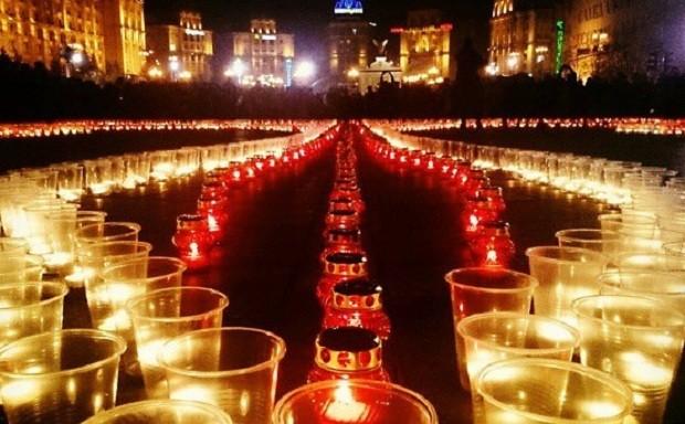 Украинцы в 22 городах сообщили трезубец из свеч (ФОТО)