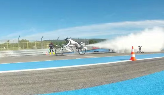 ФОТО: Велосипед-ракета опередил Феррари F430 Скудерия