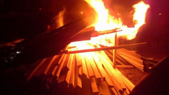 Противники стройки снова снесли забор и разожгли костер.ФОТО