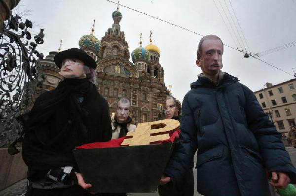 Россияне решили, что пришло время «похоронить» рубль (ФОТО)