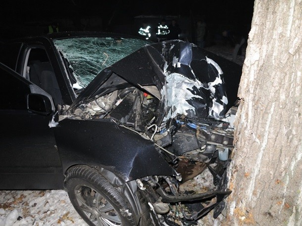 В Киеве машина влетела в дерево: 3 погибших (ФОТО)