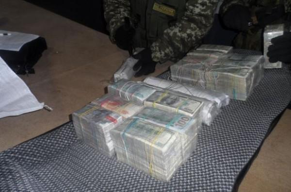 На границе с Россией задержали машину с миллионом долларов