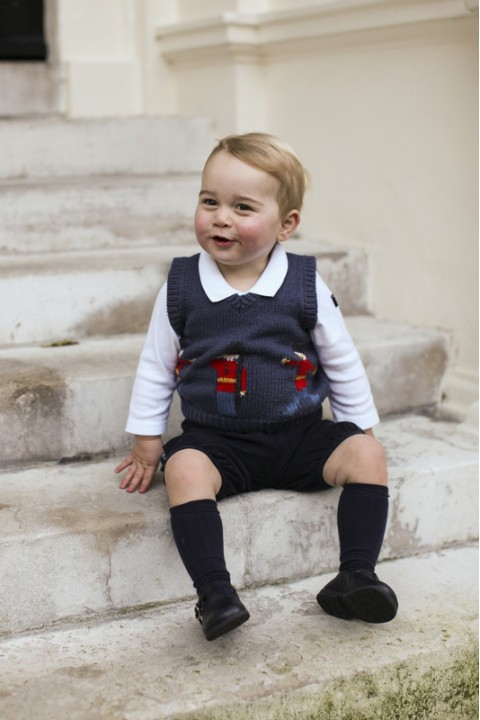 Наследник Британии принц Джордж попозировал фотографу (ФОТО)