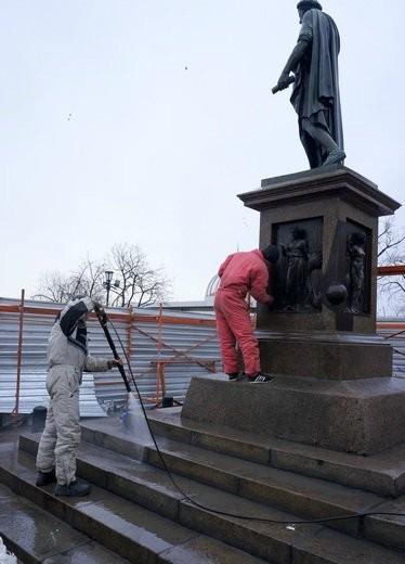 В Одессе помыли Дюка де Ришелье (ФОТО)