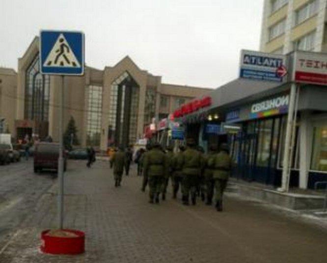 """ФОТО: В Минске замечены """"зеленые человечки"""" Путина"""