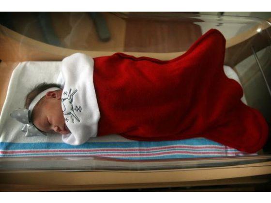В роддомах США на Рождество детей наряжали в Санта-Клауса