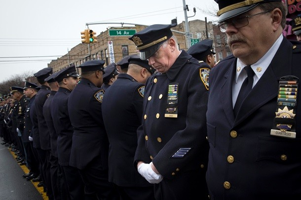 На похоронах полицейские отвернулись от мэра Нью-Йорка