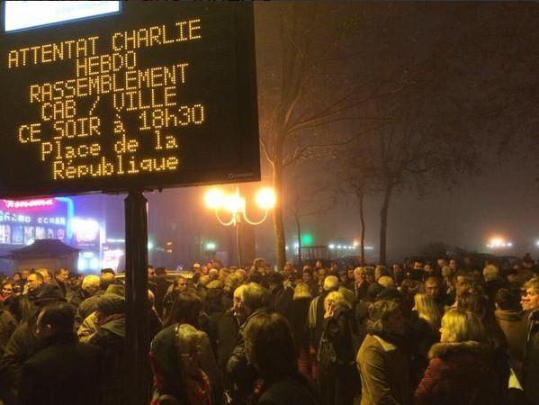 В Париже люди вышли на демонстрацию против терроризма (ФОТО)