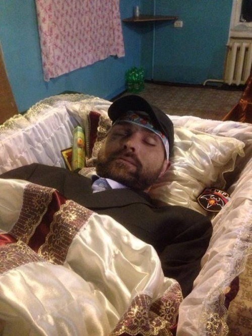 ФОТО: Похороны боевика ЛНР «Бэтмена» напоминали лихие 90-е