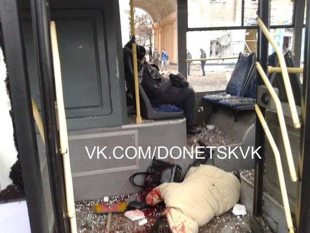"""ВИДЕО: Пленного """"киборга"""" избили на месте трагедии в Донецке"""