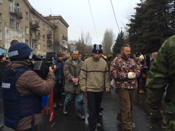 Боевики провели пленных украинских военных по улицам Донецка