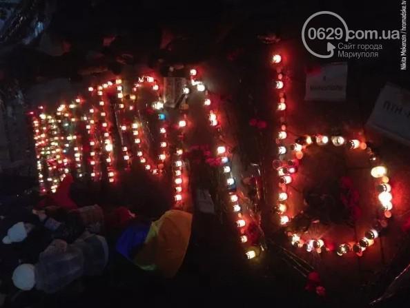 На Майдане Незалежности почтили память погибших в Мариуполе