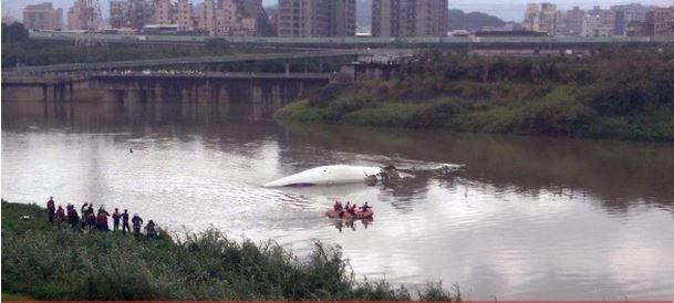 В Тайване самолет задел мост и снизился в речку (ФОТО, ВИДЕО)