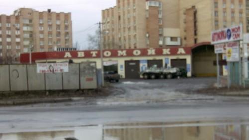 ФОТО: Российские броневики «моются» на автомойках Луганска