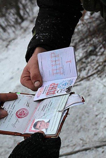 Обнарадовали фото паспортов россиян, воевавших на Донбассе