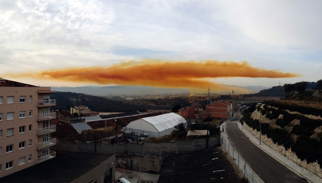 ФОТО: Над Каталонией висит огромное токсичное облако