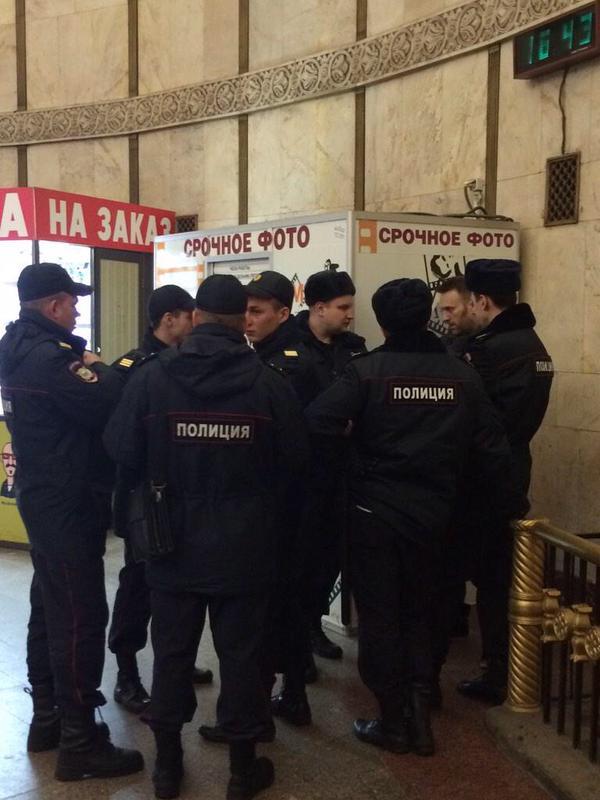 Оппозиционного политика Навального задержали в метро (ФОТО)