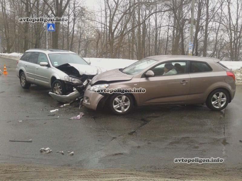 В Киеве женщина-лихач на KIA не пропустила Subaru (ФОТО)