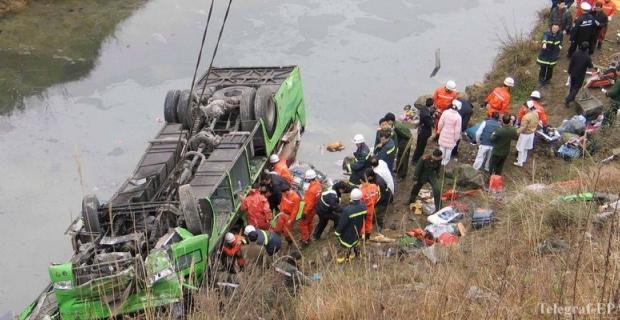 В Китае автобус с артистами упал в пропасть. Погибли 20 чел.
