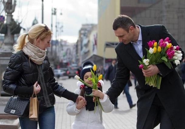 Кличко подарил тюльпаны женщинам на Крещатике (ФОТО)