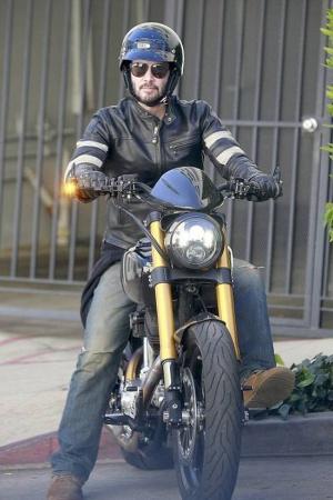 Киану Ривз на мотоцикле, сделанном его компанией