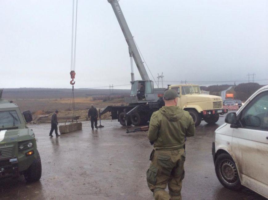 ФОТО: Под Артемовском жители сами копают противотанковые рвы