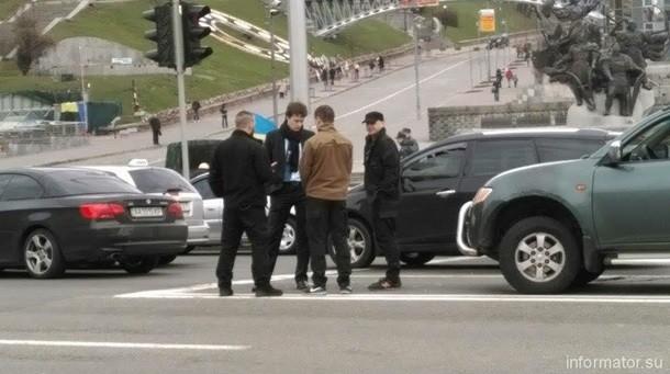 В авто сына Порошенко на Майдане въехали бойцы Азова. ВИДЕО