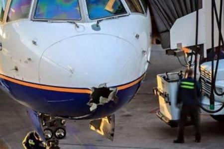 Молния попала в летевший самолет и пробила дыру
