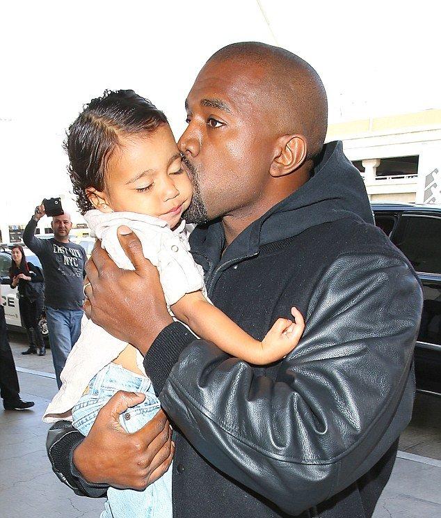 Ким Кардашьян выравнивает волосы двухлетней дочери (ФОТО)