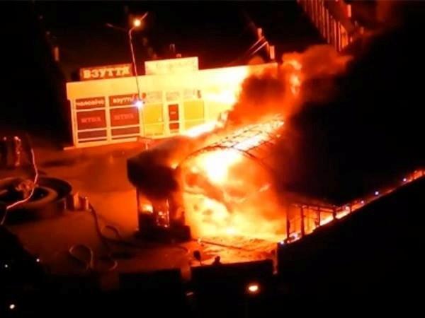 ФОТО: Ночной пожар на «Позняках» в Киеве