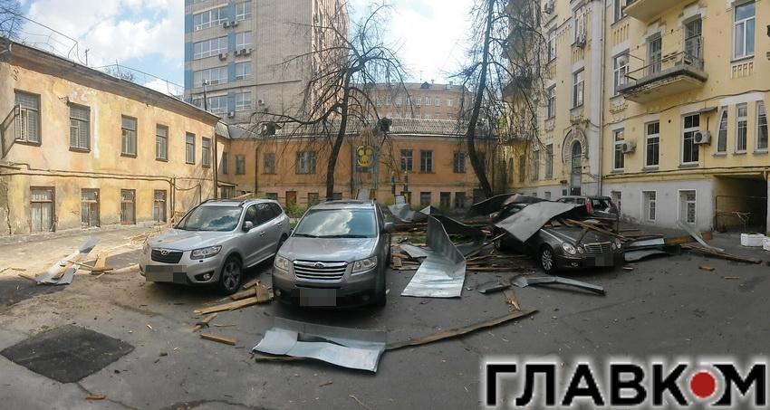 В центре Киева часть крыши рухнула на автомобили (ВИДЕО)