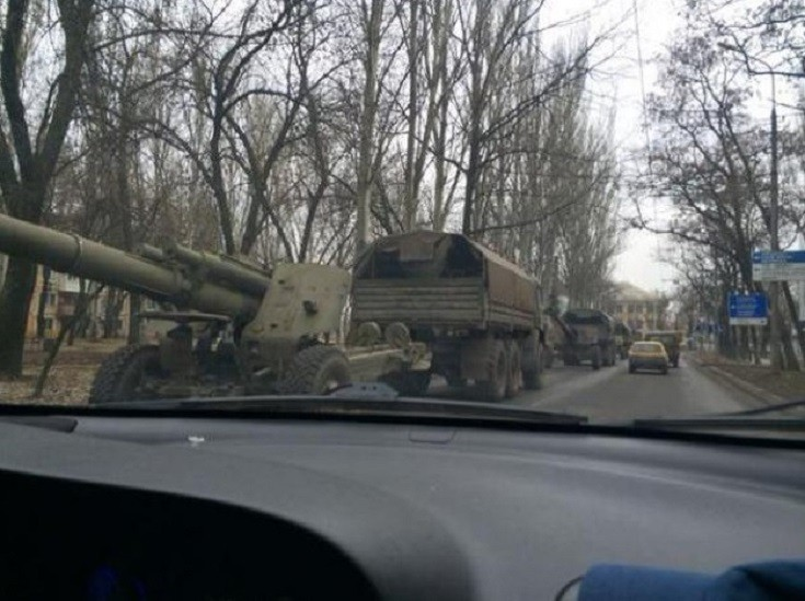 ФОТО: Боевики по Макеевке возят тяжелую артиллерию