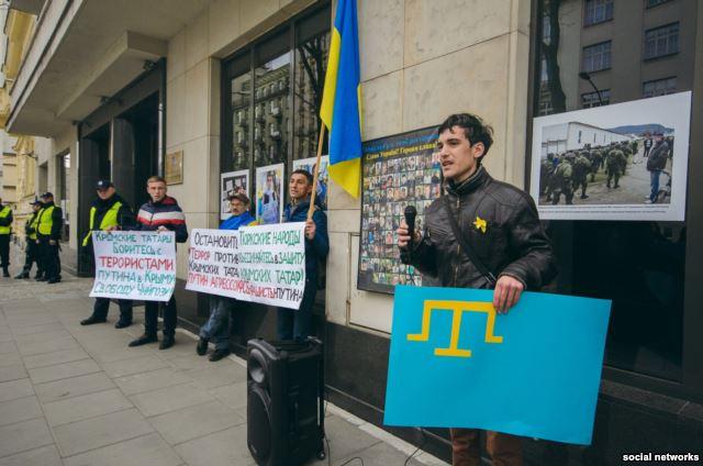 ФОТО: Манифест у посольства РФ в Польше из-за Крыма