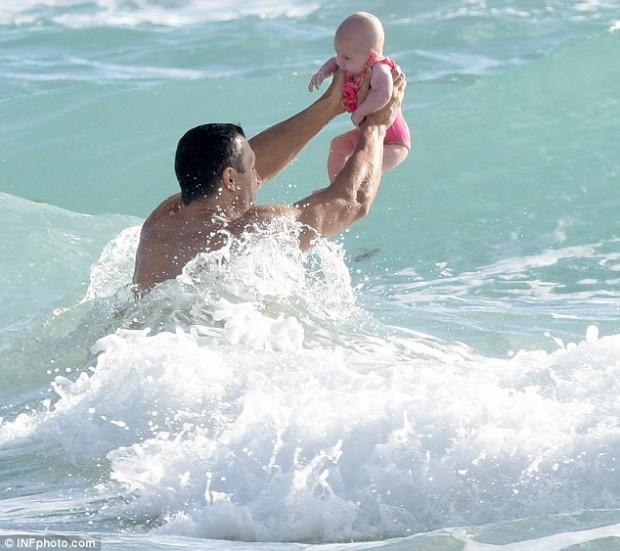 Владимир Кличко «познакомил» дочку с океаном