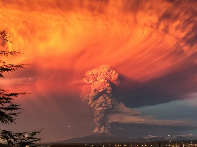 В Чили вулкан Кальбуко выбросил пепел на высоту 20 км