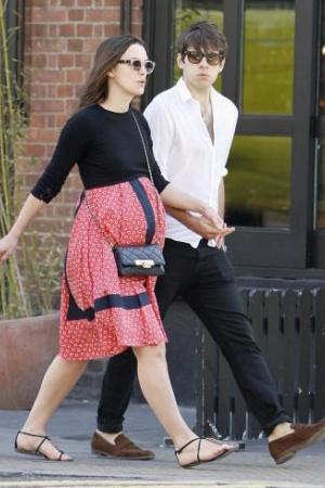Беременная Кира Найтли на прогулке с мужем