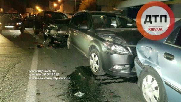ДТП: ночью В Киеве милиционер врезался в колонну автомобилей
