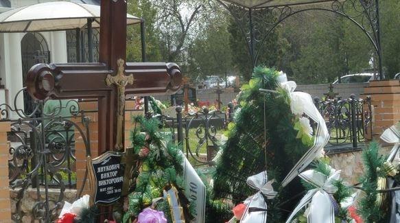 ФОТО:На могиле Януковича-младшего в Крыму появилась табличка