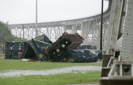 ВИДЕО, ФОТО: Ветер сдул поезд с моста