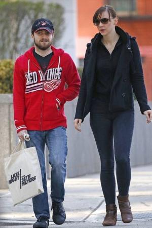 Дэниэл Рэдклифф на прогулке со своей подругой