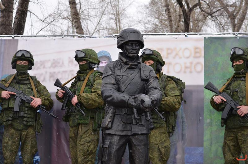 "ФОТО: В РФ открыли памятник ""вежливому зеленому человечку"""
