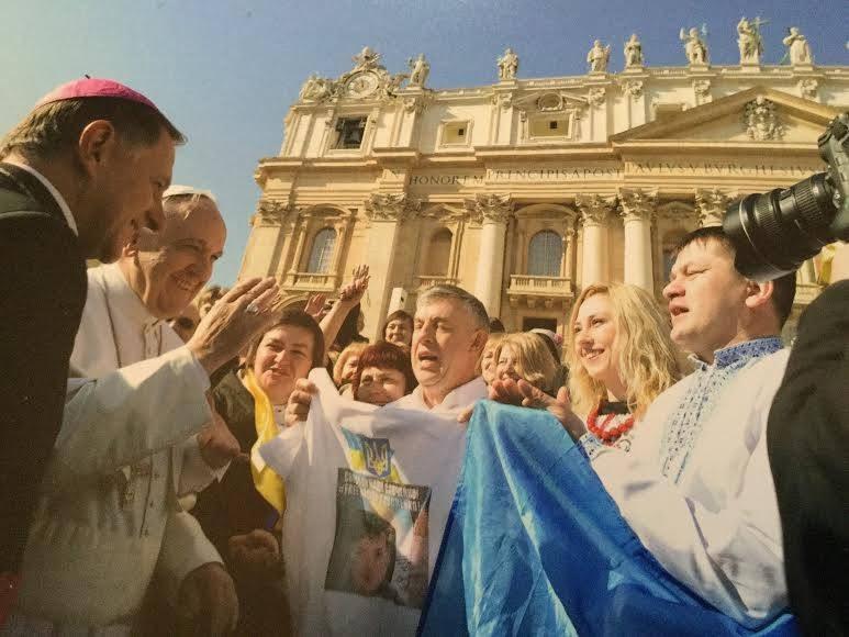 ФОТО: Папе Римскому подарили футболку с фото Савченко